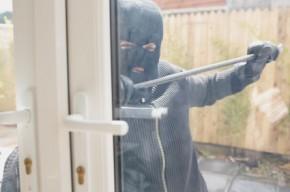Undgå indbrud ved at få dit hus til at se beboet ud mens du og din familie er på sommerferie.